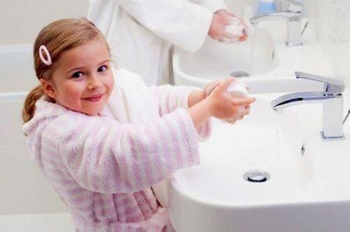 Rửa tay cho trẻ trước khi ăn và sau khi đi tiêu.